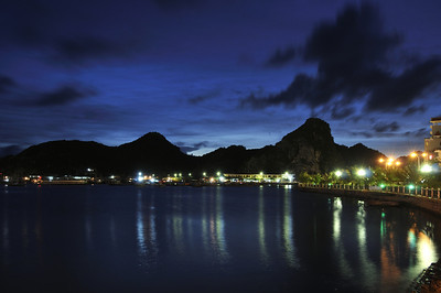The night time waterfront in Cat Ba