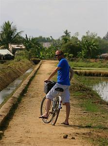 Fietstocht door de rijstvelden van Hoi An. Hoi An, Vietnam.