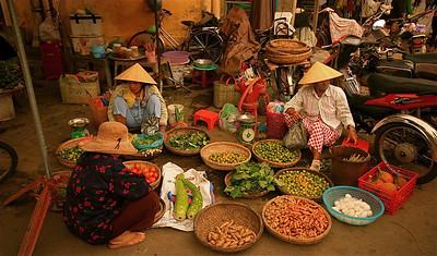 Groentenverkopers op de markt van Hoi An. Cho Hoi An, Hoi An, Vietnam.