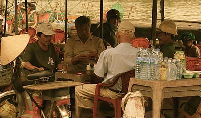 De mannen zijn druk met hun kaartspel. Hanoi, Vietnam