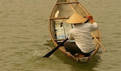 Visser op de Perfume River. Hué, Vietnam.