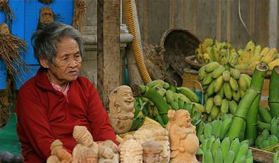Bananen, boeddha's en een oude dame. Hoi An, Vietnam.