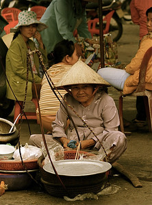 De oude dame van Hué. Dong Ba Market, Hué, Vietnam.
