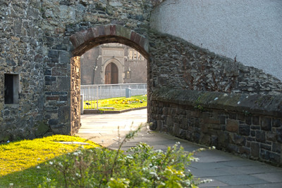 arch in town wall, toward the guildhall door