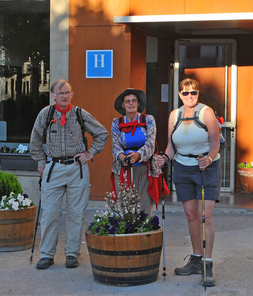 The intrepid walkers leave Los Arcos en route for Viana. The intrepid roadie set off a bit later....