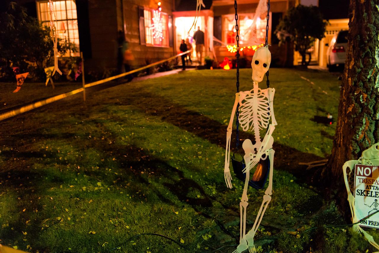 20161031.  Halloween on West Viewmont Way, Magnolia, Seattle WA.