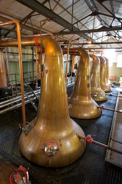 """En los """"Stills"""" es donde se destila el """"Wash"""". En los mas grandes es donde se hace la primer destilacion, llevando el """"Wash"""" a punto de ebullicion. Todo influye en los sabores del Whisky, desde el tiempo que esta en contacto con el metas, hasta la inclinacion de el tubo donde se condensa el liquido."""