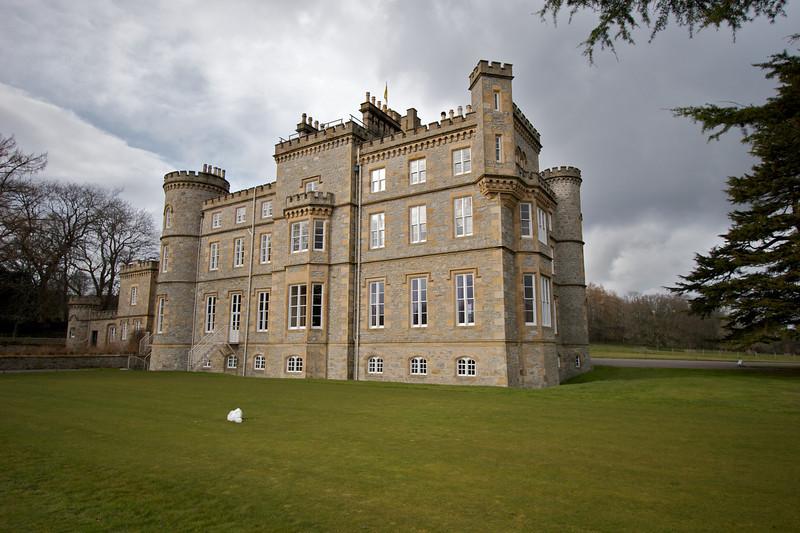 La parte de atras del castillo, eso que se ve blanco sobre el pasto es un bloque de nieve.