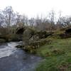 El puente tenia 3 arcos, el tercero se cayo que estaria sobre la izquierda de estos dos restantes.