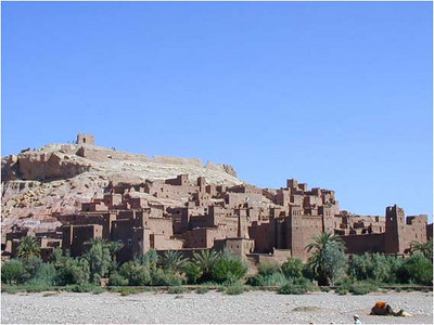 The Kasbah is built in the shadow of a big hill. Because of the river, there is enough water fo the trees in the foreground. 5 families live in the Kasbah in extremely primitive conditions.