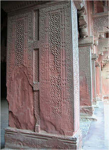 Here an interior supporting colume with intricate carvings. In its own way, the fort is as neat as the Taj.