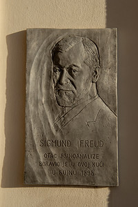"Just a plaque on the side of a waterfront building ... Translation: Sigmund Freud slept here. Or more precisely ""Sigmund Freud, father of psychoanalysis, was staying in this house in September 1898."""