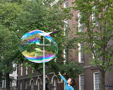 On several squares and street corners, street performers were making giant soap bubbles. Kids delighted, of course, in breaking them.