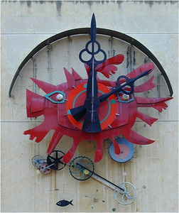Quite near the Palais des Papes is the Place de l'Horologe. Just behind it there's an apartment block built as a hollow square. On the wall inside is this really neat clock, which keeps good time, but I digress.
