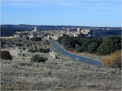 As you approach Pedraza from Madrid, there is a nice overlook with a view of the village. To give you an idea of scale, the distance from the left edge to the right edge of the village is about 1/2 km (1/3 of a mile).