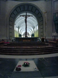 Here is the central alter, looking back toward the entrance. The huge cross is directly overhead. Franco's tomb is in the foreground. On Sunday, May 28, 2000 there were fresh flowers laying on the grave. Many people living today in Spain were alive during the war. Almost of all of them have stong feeling about Franco and this chapter in Spain's history.