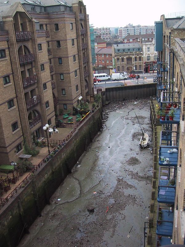D0004.JPG - 25/05/01 4:19pm   This is the view looking South from Flat 81, 8 Shad Thames, London.  We watched the runners in the London Marathon running along the road at the end of the canal.  Actually along the footpath we were looking at a whole bunch of portable dunnies for the runners benefit.  Must have been about a 'half-way' stop!  Craig was going to run in the marathon of course but decided that the poms mightn't like an Aussie beating them in this event as well as the Cricket, Rugby, etc etc...