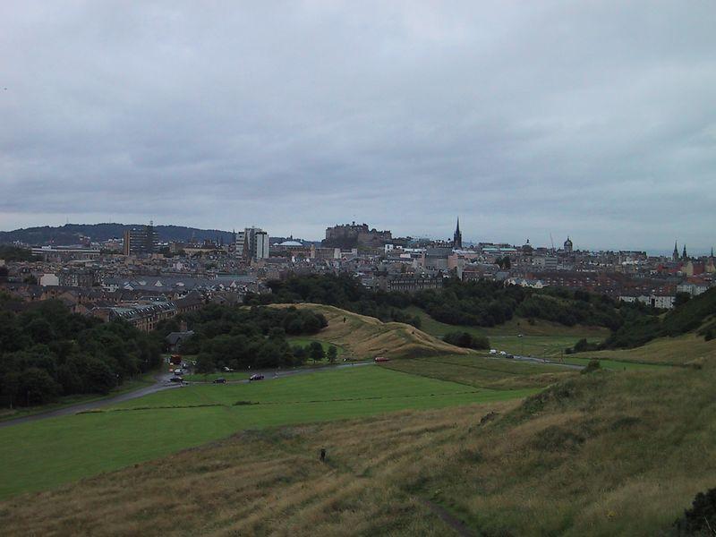 D0225.JPG - 11/08/01 10:08am   Edinburgh Castle looking over the city.