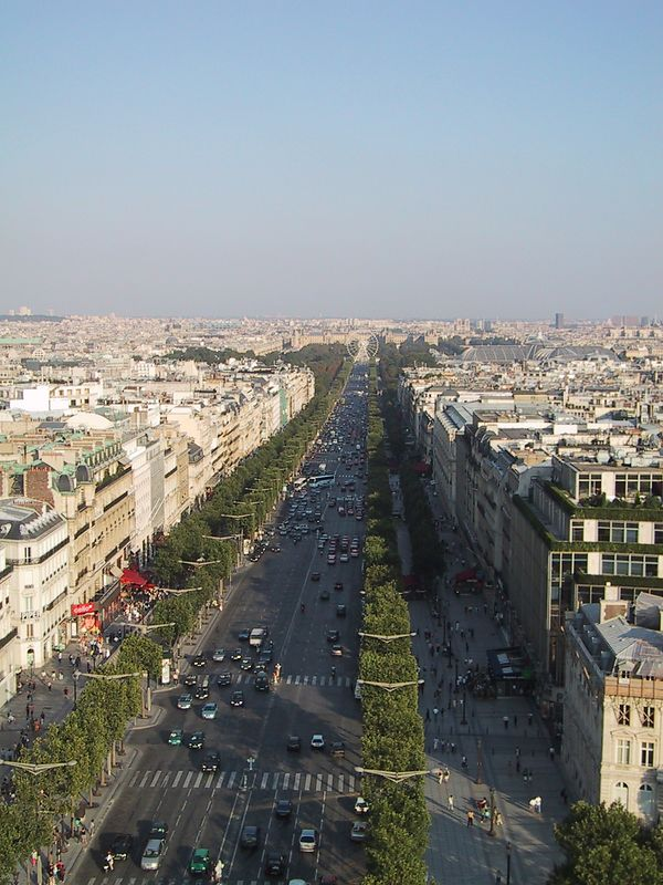 D0244.JPG - 24/08/01 5:55pm   Looking down the Champs Elysees again.