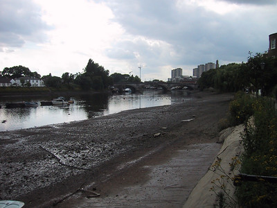 D0217.JPG - 01/07/01 4:56pm   Kew Bridge which we cross over and run back the other side of the river.
