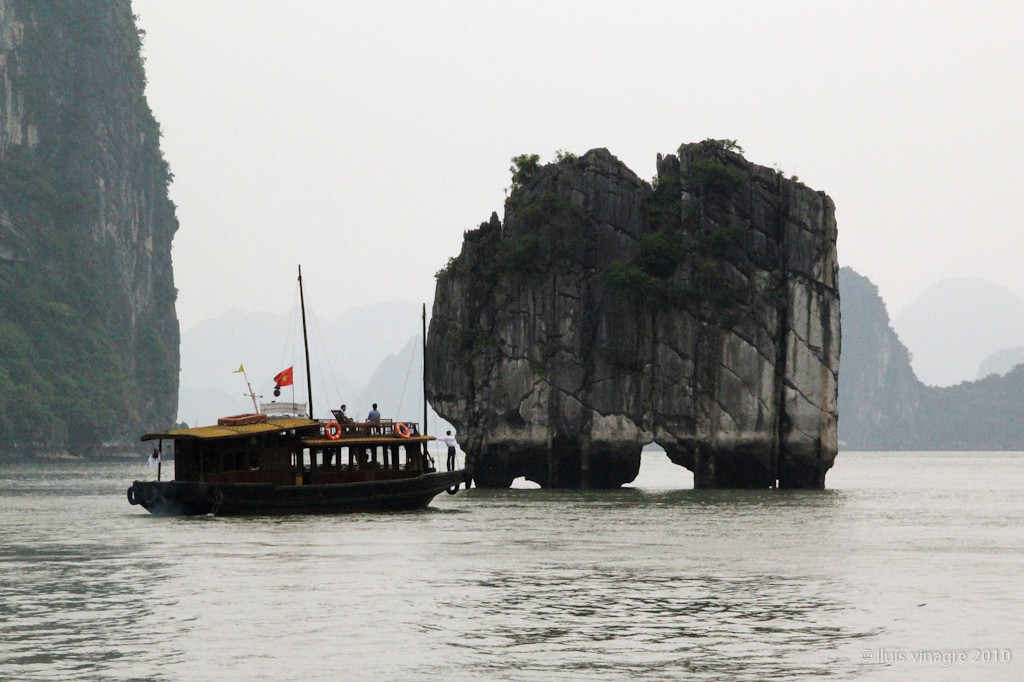 halong bay (bay of the descending dragon)