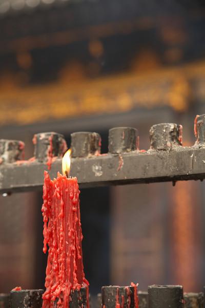 A candle burning outside the Da Ci'en Temple.