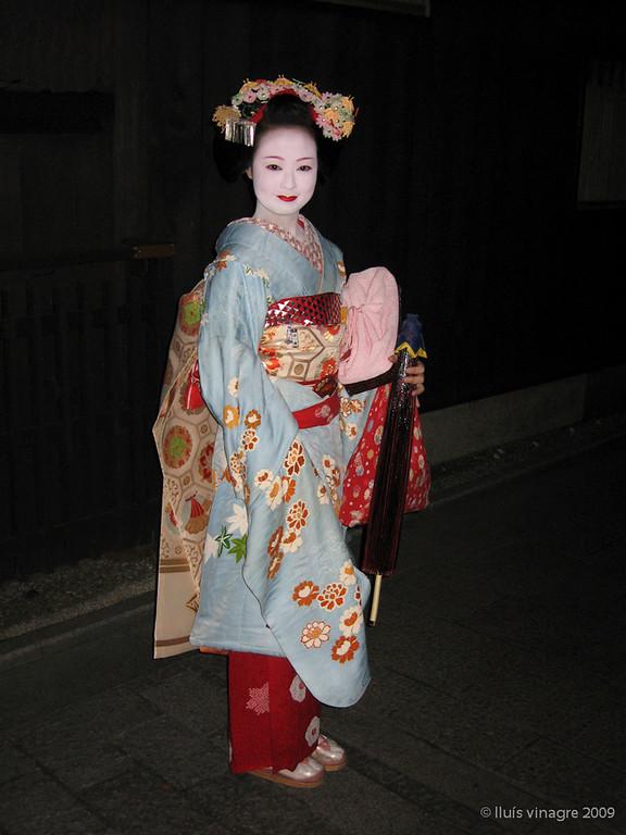 maiko katsumi (aprendiz de geisha), hanamikoji dori, gion, kyoto / 舞子 佳つ實、花見小路通り、祇園、京都