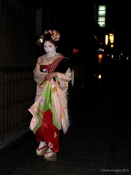 maiko mameharu (aprendiz de geisha), hanamikoji dori, gion, kyoto / 舞子 まめ春、花見小路通り、祇園、京都