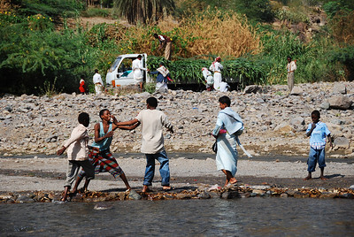 A disagreement at a river crossing in Wadi Hadramawt.