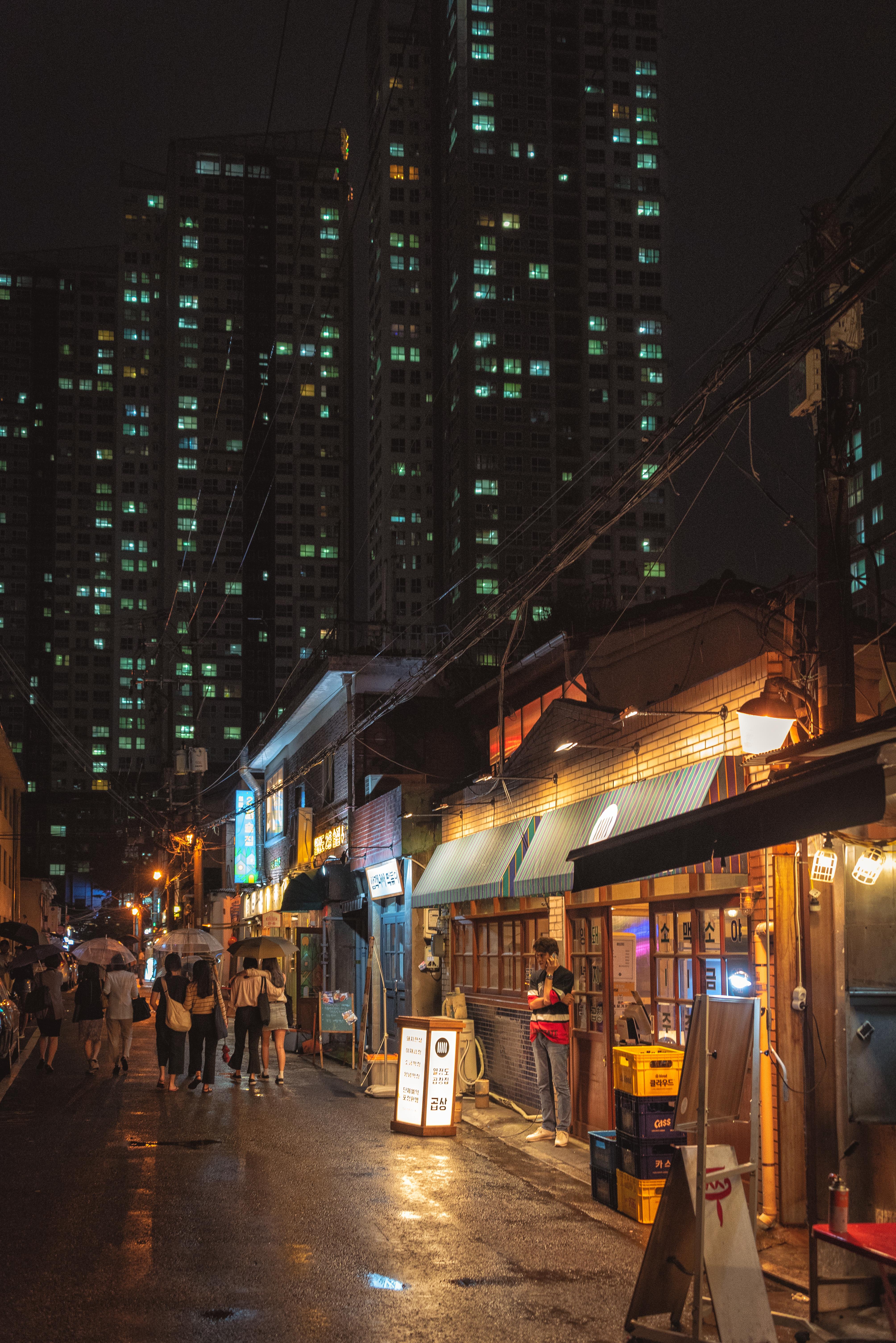 Street in Yongsan District at night, Seoul, South Korea [4016×6016]