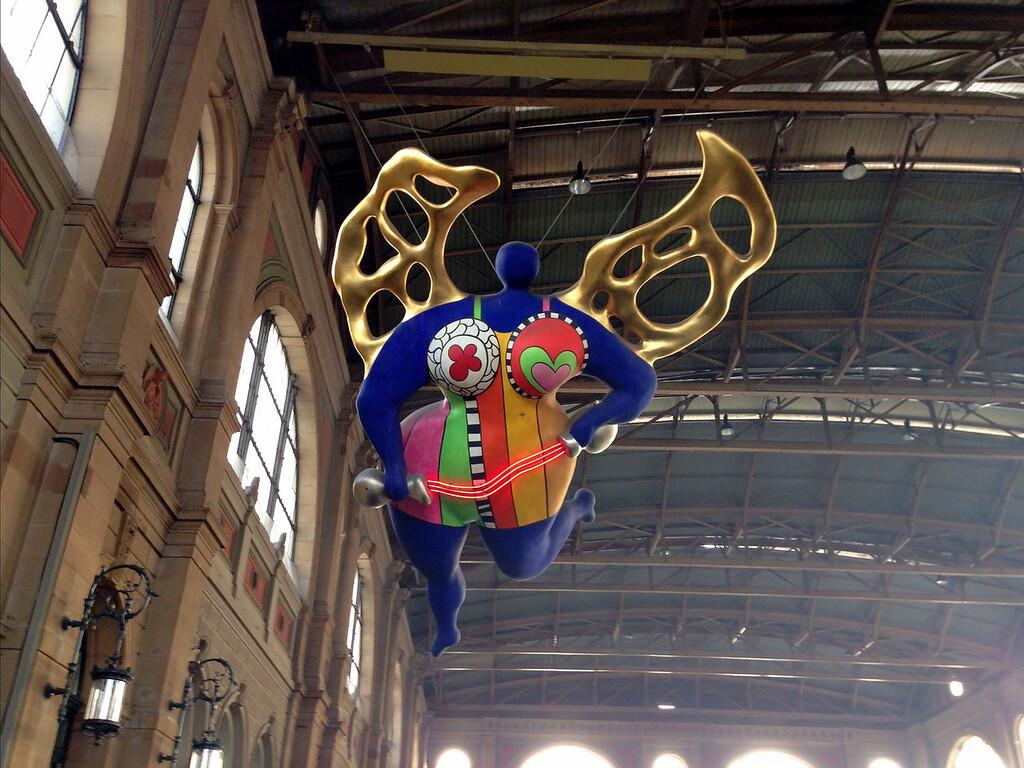Nana von Niki de St. Phalle in der Zürcher Bahnhofshalle