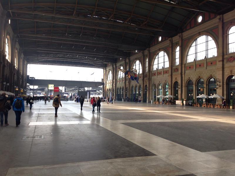 Bahnhofshalle mit Nana
