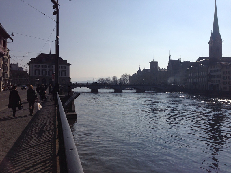 Limmat mit Fraumünster, Blick in Richtung Zürichsee