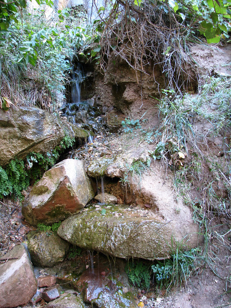 A mini waterfall, easy to see and watch.