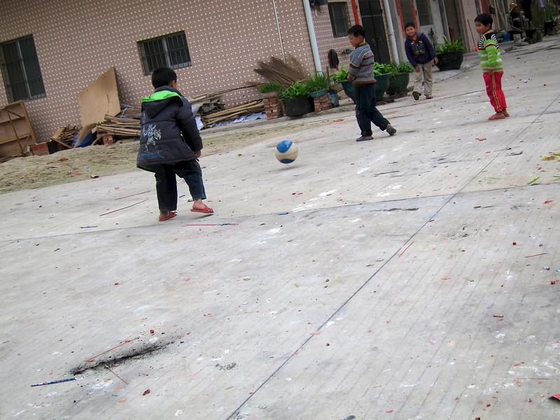 回程路上見到班小童玩波,為免驚動佢地,所以偷拍了。