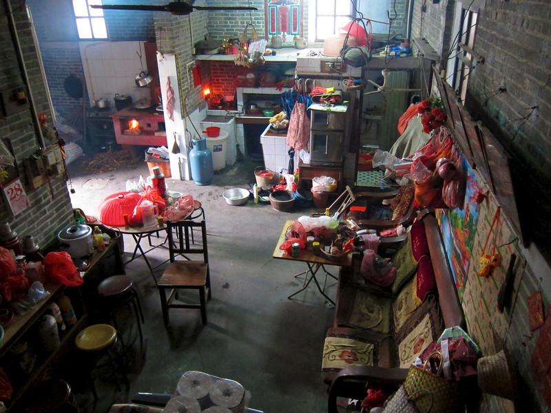 呢個就係大屋內景,最上邊,左邊燒柴灶頭,中間洗碗盆,右邊屎坑。