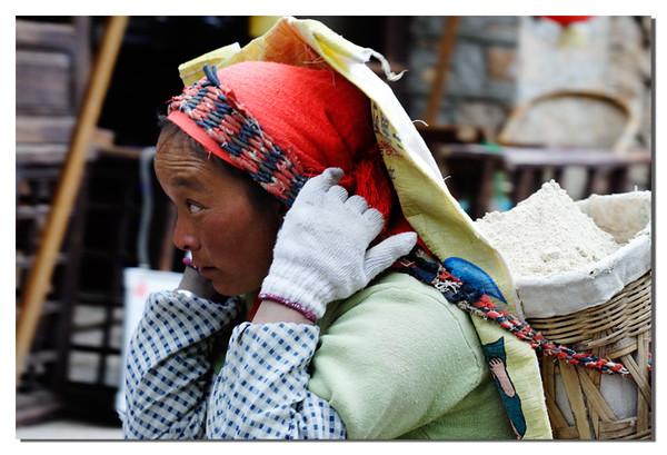 据说在丽江,妇女承担着主要劳力话,而大老爷却在家喝茶优闲。