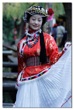 这位摩梭女, 长得不错, 更可赏的是风情十足,百面令胧,路过的游客都要停下来她拍照或问她合照, 人来人往, 她的店前也成了丽江一景了。