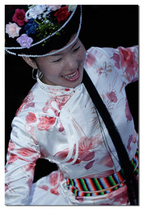 这个有才旦卓吗的风范。她的歌声着实让我倾到, 据说她还去过上海等大城市演出。如果你肯化点小钱, 你可以请她们来你桌前唱各色当地情歌,当然歌词你不一定能懂,但身在其中,也足够让你淘醉了。
