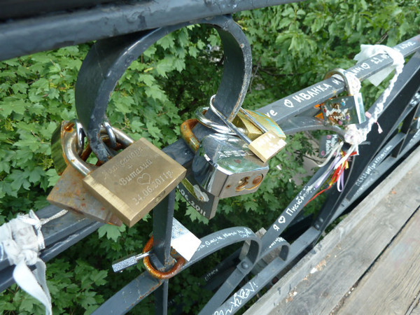 park bridge - locks on the bridge