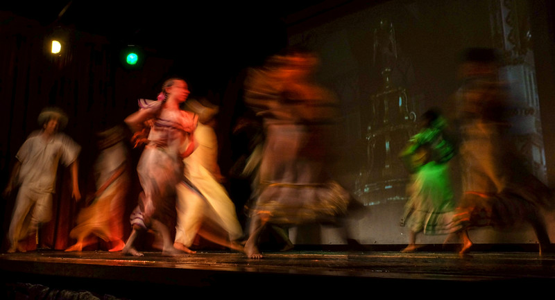 85  Dancers in motion, Sucre