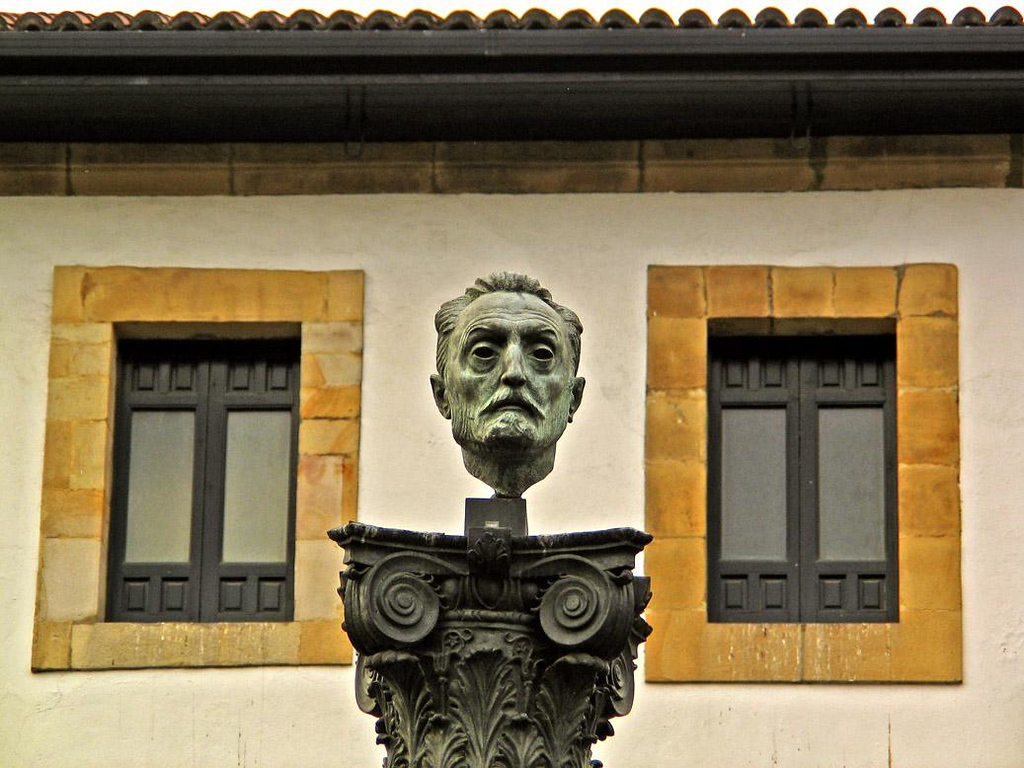 Floating Head, Bilbao - This head seems to be slowly drifting away from its pedestal in Bilbao's Old Quarter.