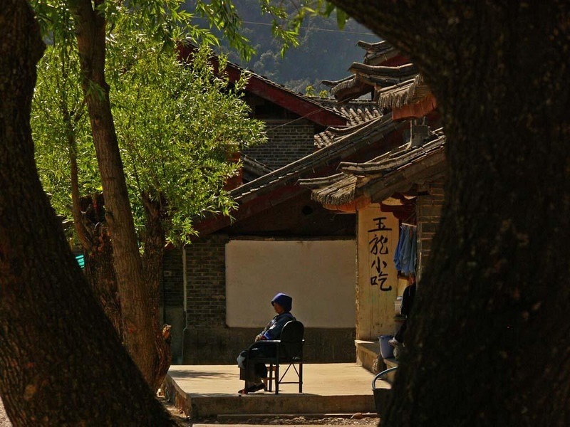 Alone, Baisha - A woman enjoys the solitude of a sunny Baisha street