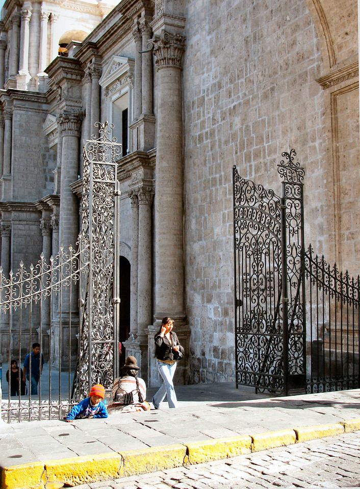 Hermosos portales a la entrada de la Basilica.<br /> <br /> Gorgeous gates at the entrance of the Basilica.