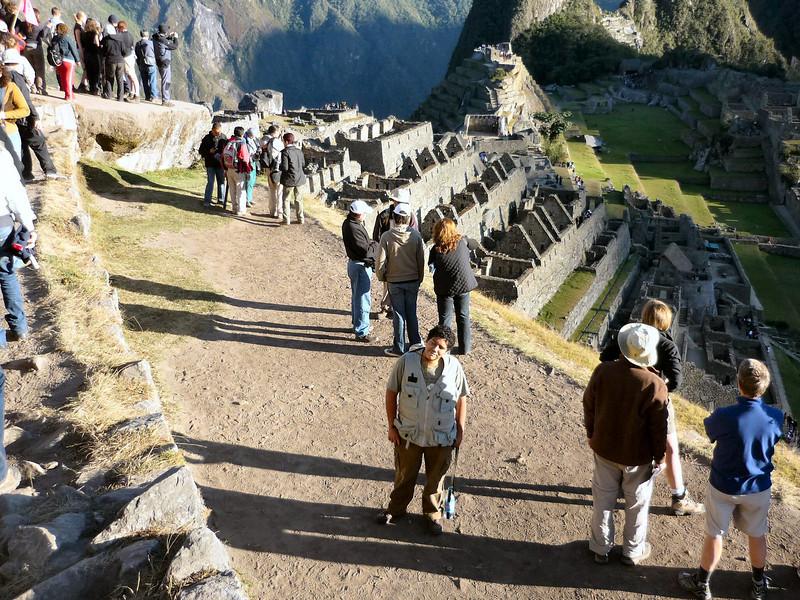 Con un monton de gente observando el amanecer en Macchu Pichu.