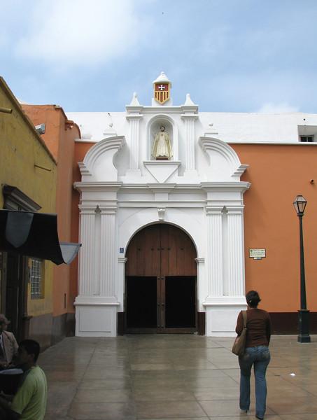 The next day we walk around the city, there are many churches here.<br /> Al dia siguiente caminamos por la ciudad, encontramos varias iglesias hermosas.