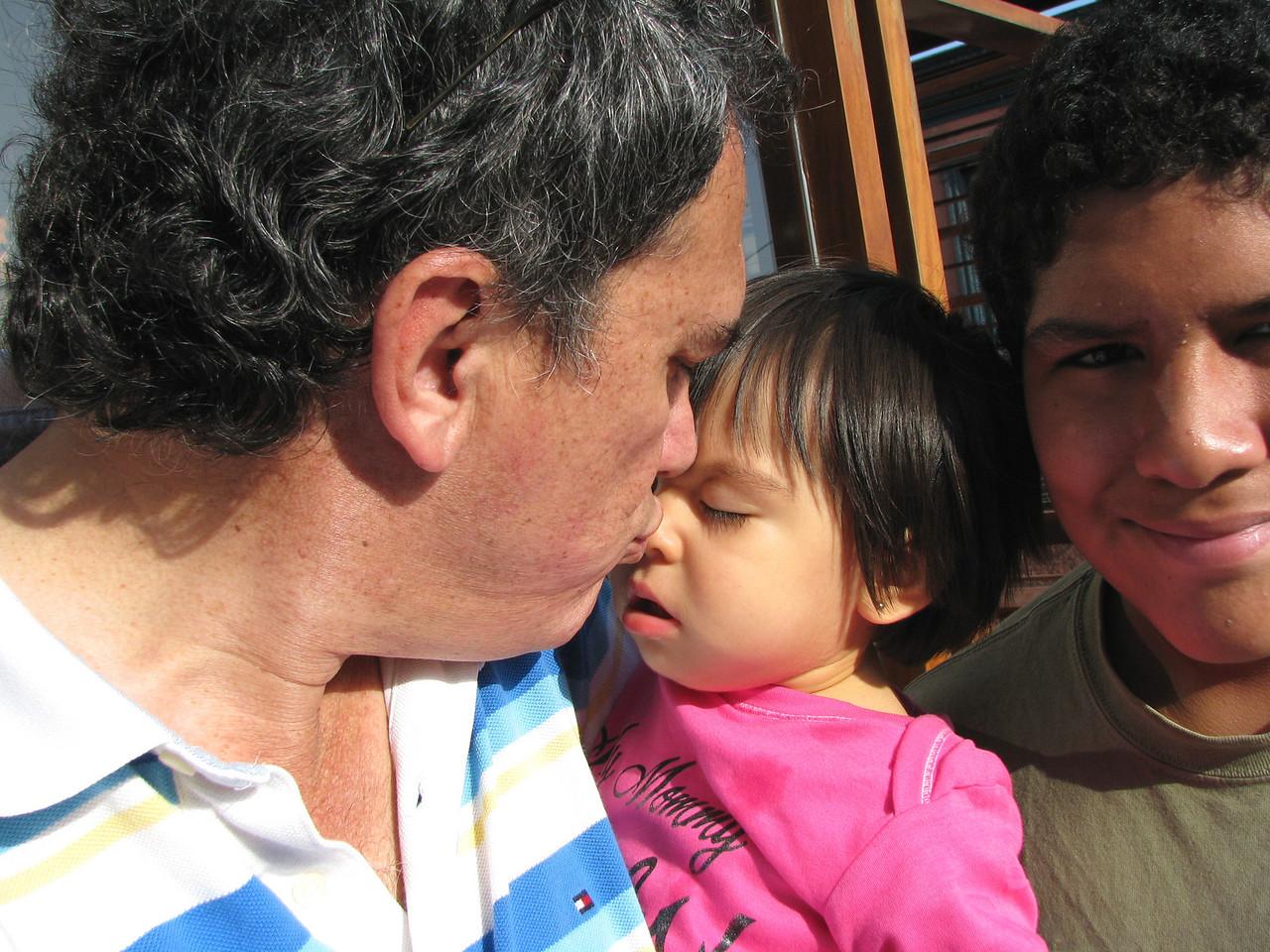Daddy's girl...<br /> <br /> La ni~ita de papa...