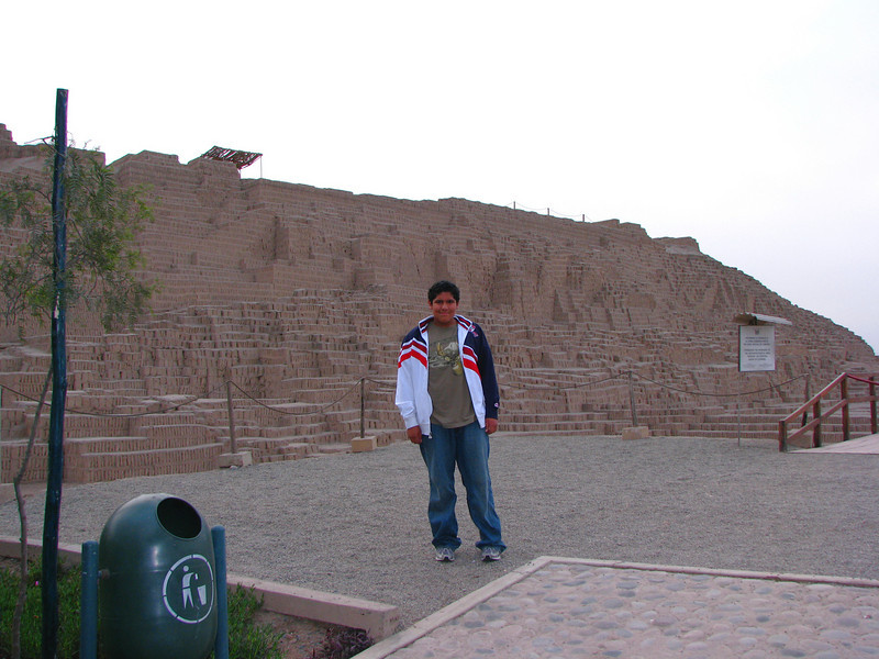 Caesar posing in front of the ruins...<br /> <br /> Cesar posando frente a las ruinas...