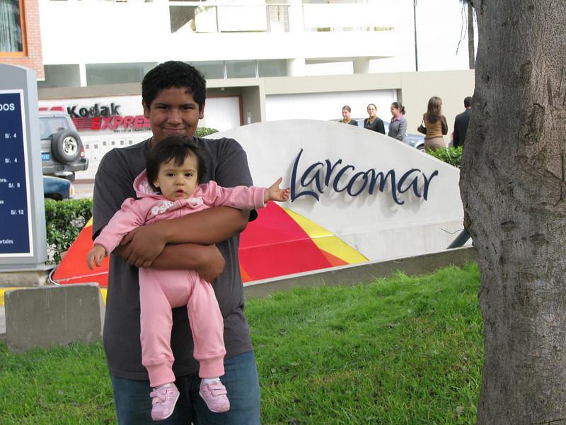 Today we are going to Larcomar, the mall by the ocean...<br /> <br /> Hoy vamos a Larcomar, el centro comercial al lado del mar...