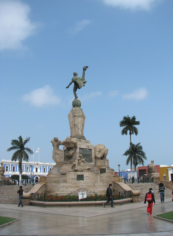 The main plaza.<br /> La plaza de armas.